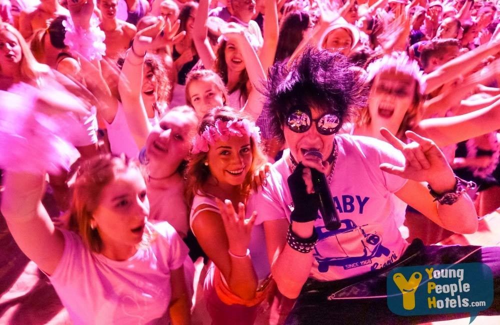 party in spiaggia notte rosa di rimini con young people hotels