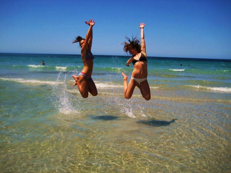 amiche che saltano